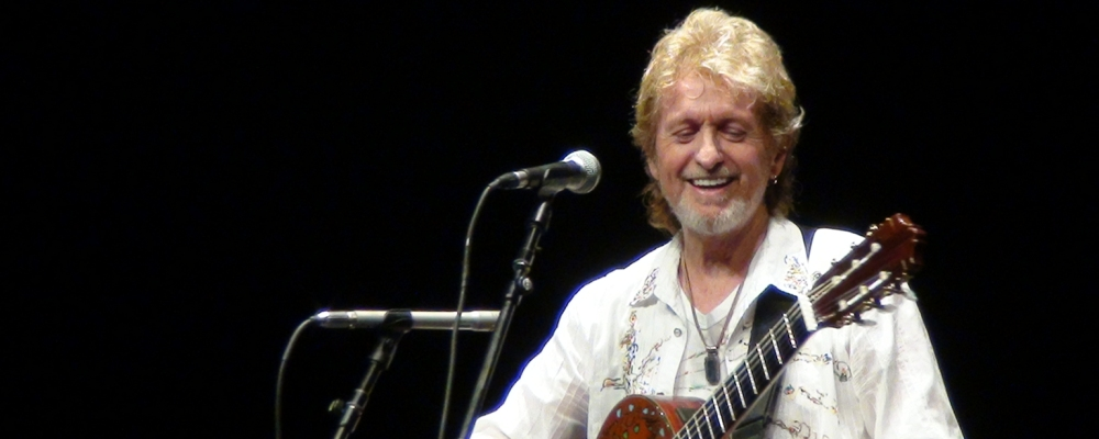 Jon_Anderson_with_acoustic_guitar_2