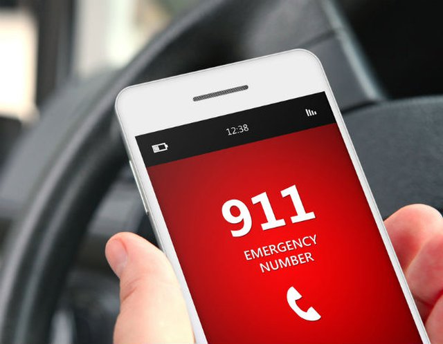 Operadora del 911 en la cárcel por cortar las llamadas