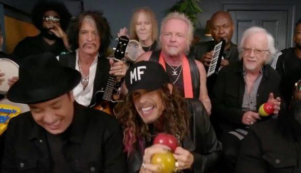 Aerosmith toca en programa con instrumentos de juguete