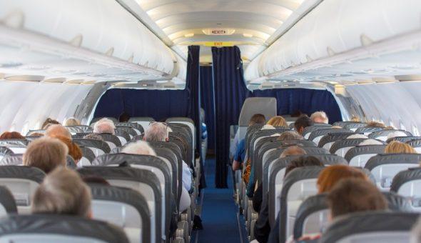 Confunde la puerta del avión con la del baño y desata pánico