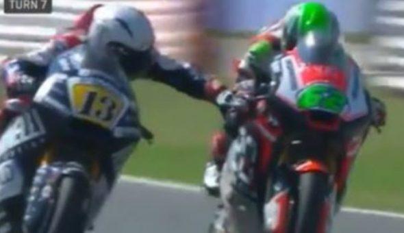 Accionó el freno de la moto de su rival en plena carrera