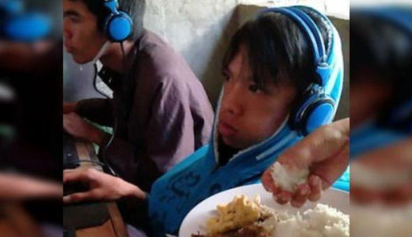 Mamá alimenta a su hijo para que no deje de jugar videojuegos