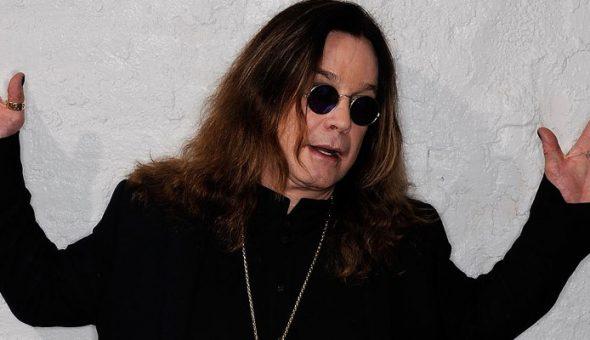 Ozzy Osbourne con las manos levantadas