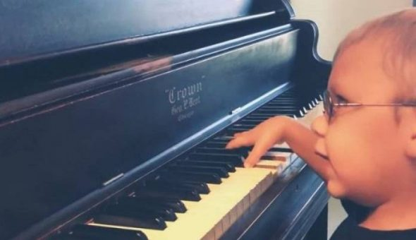 Niño invidente fascina con Bohemian Rhapsody en piano