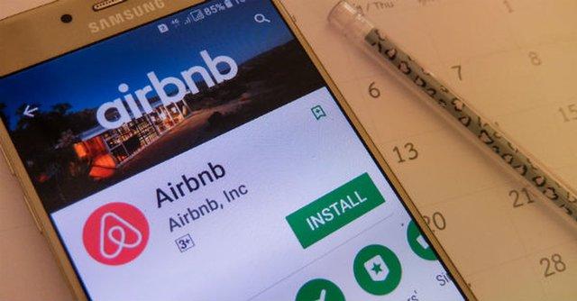 Alquila casa por Airbnb y era un contenedor a media calle