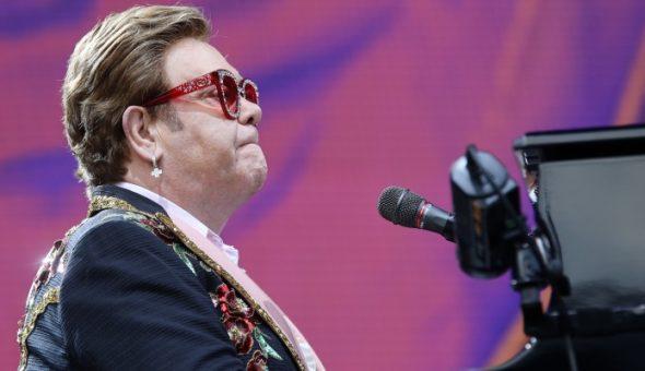 Elton John neumonía