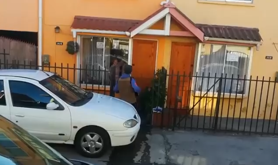 Chileno toca acordeón a sus padres para animarlos en cuarentena