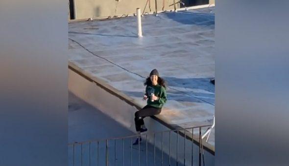 SOCIAL: La vio desde su edificio y envío su número ingeniosamente