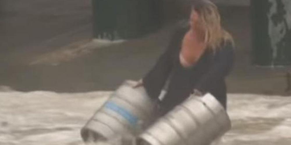 Australiana se lanza al mar para rescatar a indefensos barriles de cerveza