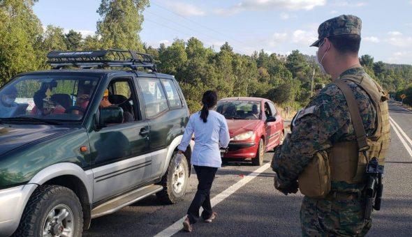 Joven arranca de control sanitario del Ejército en toque de queda